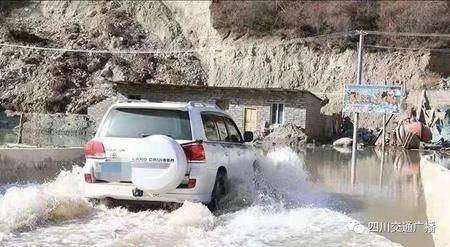 注意!堰塞湖洪峰冲毁金沙江大桥,318国道部分路基冲毁,道路完全中断!